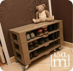 Kids show rack from A pallet until we get our mushroom done Pallet Crates, Old Pallets, Pallet Projects, Home Projects, Pallet Furniture, Home Furniture, Palette Deco, Diy Casa, Pallet Creations