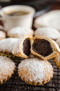 Bocconotti to kruche, nadziewane babeczki - kruche, maślano-cytrynowe ciasto skrywa aromatyczne, czekoladowo-korzenne nadzienie.