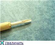 """ля кольцевания я себе изготовил вот такое приспособление из трубочки от """"Чупа-Чупса"""". Изготавливается быстро, и работает""""на раз"""". Для удобства трубочка вставлена вкленовую палочку-сердцевина у неё пористая, и она с небольшим усилием вставляется. Свободный конец трубочки острым ножом срезаем наискосок. Получается своеобразный конус. Далее цветные трубочки нарезать поперёк на небольшие колечки шириной 1-2мм--(кому как понравится)- это ваши будущие кольца следующий этап-разрезать одну стенку…"""