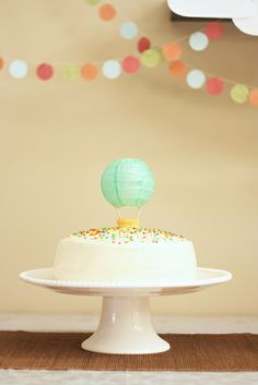 simple + modern Hot Air Balloon cake, budget-friendly DIY topper made with mini Japanese lantern, toothpicks and mini cupcake Balloon Birthday Cakes, Balloon Party, Baloon Diy, Balloon Banner, Cake Birthday, Mini Cupcakes, Cupcake Cakes, Hot Air Balloon Cake, Air Ballon