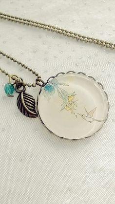 Collier cabochon verre motif oiseau avec une fleur : Collier par soo-happy