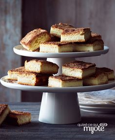 Churro Cheesecake Bars - This dish is somewhere between a cinnamon bun and churros. Tender dough, creamy cheesecake and sweet cinnamon sugar come together for a deliciously simple recipe. Sopapilla Cheesecake Bars, Cheesecake Recipes, Dessert Recipes, Churros, Cream Cheese Recipes, Cream Cheese Filling, Kraft Recipes, Donuts, Chocolate Hazelnut Cake