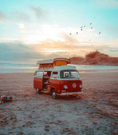 traveling around with the motorhome and every evening the sunset on the … rondreizen met een camper en iedere avond genieten van een zonsondergang op het strand. Beach Aesthetic, Travel Aesthetic, Wolkswagen Van, Combi Ww, Vw Beach, Beach Camper, Beach Fun, Summer Beach, Vw Camping