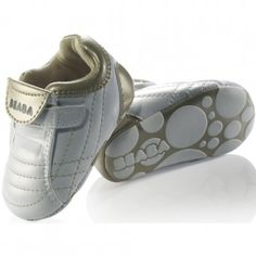 """Copilul se va indragosti de acesti pantofiori fermecati si nu va dori sa ii dea jos. Branturile sunt detasabile pentru a putea testa dimensiunea si pot fi apoi fixate cu o banda adeziva. Interiorul pantofiorilor este captusit cu piele naturala pentru ca piciorusul copilului """"sa respire"""", pentru a absoarbi transpiratia din timpul verii si a tine de cald in timpul iernii."""