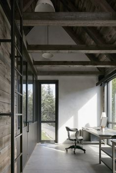 Workspace in MG2 House, Quebec | Alain Carle Architects | est living