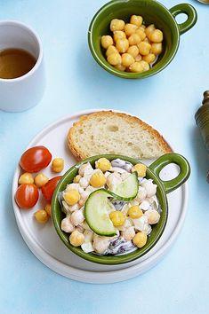 Sałatka jajeczna z ciecierzycą i czerwoną fasolą Avocado Egg, Hamburger, Salads, Eggs, Lunch, Cooking, Breakfast, Recipes, Blog