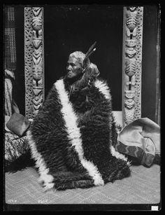 Topic: Kahu huruhuru style of cloak Sculpture Art, Metal Sculptures, Abstract Sculpture, Bronze Sculpture, Maori Face Tattoo, Maori Patterns, Polynesian People, Maori People, Maori Designs
