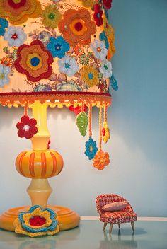 Crochet flower lamp (and tiny chair). Crochet Home Decor, Crochet Crafts, Crochet Projects, Knit Crochet, Crochet Cake, Crochet Food, Crochet Things, Lampe Crochet, Crochet Lampshade