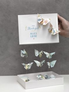 Schmetterlinge aus Geld falten We& show you how to fold a butterfly out of cash and make a wonderful money gift with it. Diy Wedding, Wedding Favors, Wedding Gifts, Diy Birthday, Birthday Gifts, Don D'argent, Boite Explosive, Diy Cadeau Noel, Diy Pinterest