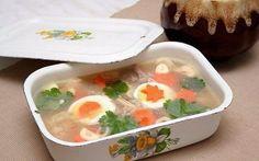Куриный холодец  Вам понадобится:  Курица 1 шт. Лук репчатый 1 шт. Морковь 140 г Чеснок дольки 5 шт. Соль пищевая 1 ч.л. Перец черный горошком 5 шт. Лавровый лист 4 шт. Яйцо куриное 2 шт. Кинза 5 г  Приготовление:  Студень и холодец, в общем-то, одно и то же. В основном это блюдо называют студнем в западных районах России, тогда как от Урала и далее на восток, блюдо называют холодец. Кроме того, иногда название «студень» применяется к блюду, полученному из свиного или свино-говяжьего…