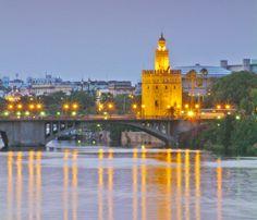 Junto a la Maestranza y al río Guadalquivir encontramos otro de los atractivos de Sevilla: la Torre del Oro, una construcción árabe de 36 metros de altura que probablemente deba su nombre al reflejo dorado que produce en las aguas del río. Ha sufrido numerosas restauraciones y en la actualidad alberga el Museo Naval de la ciudad.