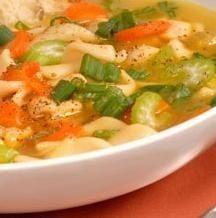 Prepara esta deliciosa sopa de pollo con vegetales , rica en nutrientes y baja en calorías.