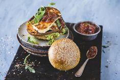 Halloumi- og søtpotetburger med avokado og krydret tomatmarmelade Always Hungry, Halloumi, Grilling Recipes, Salmon Burgers, Avocado Toast, Food And Drink, Veggies, Vegetarian, Vegan