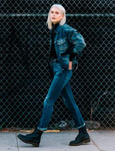 Double denim de calça e jaqueta com coturnos pretos é a pedida certa.
