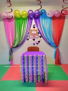 Llamativas decoraciones de fiesta con cortinas de papel You are in the right place about hanging Balloon Decorations Here we offer you the most beautiful pictures about the Balloon Decorations backdro Simple Birthday Decorations, School Decorations, Birthday Party Themes, Hanging Balloons, Rainbow Birthday, Decoration Table, Crafts For Kids, Party Ideas, Small Lounge