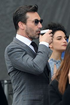 Jon Hamm gets a kiss from Jenny Slate and sips his coffee while standing in line! LA.  • Celebrity WOTNOT ------------------------ For further information on this story and image please visit www.celebritywotnot.com. These Images are ©Atlantic Images. No use without permission. Please contact Atlantic Images for licensing.  This video is copyright Atlantic Images. Please contact Atlantic Images for licensing. No use without permission.
