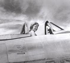 vintage everyday: 23 Vintage Photos of Beautiful Female WWII Pilots in the U. Victor Hugo, Female Pilot, Female Soldier, Ww2 Women, American Exceptionalism, Flying Ace, Aviators Women, Women In History, World War Ii