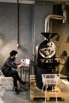 A guide to the best specialty coffee shops in Madrid. Coffee design, interior design and photography. Third wave coffee shops in the capital of Spain. My Coffee Shop, Coffee Shop Design, Coffee Cafe, Iced Coffee, Roasters Coffee, Coffee Grinders, Espresso Bar, Mein Café, Product Design