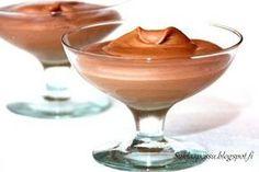 Ihanan pehmeä suklaamousse joko pelkiltään syätäväksi tai kakun väliin. Tämä kuuluu helppoudessaan ehdottomiin suosikkeihini. Moussea voi helposti maustaa halutessaan esimerkiksi piparminttuaromilla tai appelsiiniaromilla/-kuorella. Suklaan määrällä pystyy säätäämään suklaisuutta rakenteen kuitenkaan kärsimättä. Aineet: 200 g tummaa suklaata (Panda, Rainbow, Brunberg.. eli n.50%) 2 munaa 2.5 dl Flora Vispiä 1 rkl ruokosokeria Ohje: Vatkaa Flora Vispi vaahdoksi. …