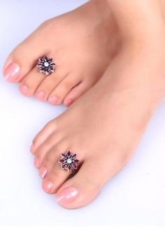 05318ac5f Enjoy accessorizing with these awe-inspiring flower shaped toe rings. It  comes in a