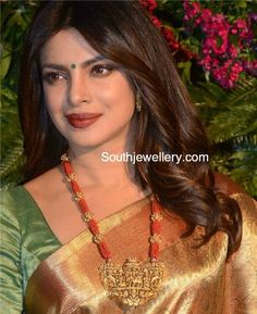 Gold Jewelry Priyanka Chopra in Temple Jewellery photo Beaded Jewelry Designs, Indian Jewellery Design, Jewellery Photo, Indian Jewelry Sets, Jewelry Patterns, Necklace Designs, Coral Jewelry, Pendant Jewelry, Silver Jewellery