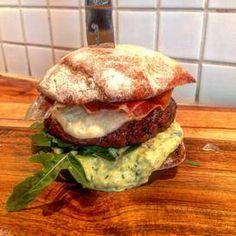 Recept: Så gör du Henriks Italian Stallion burger med pestomajonnäs | Mat & Vin | Aftonbladet