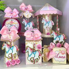 Carrossel de luxo para a Laurinha! Enviamos para todo o Brasil, whats 51 . Carousel Birthday Parties, Carousel Party, 1st Birthday Parties, Horse Party Decorations, Birthday Decorations, Princess Birthday, Girl Birthday, Party In A Box, Shower Centerpieces