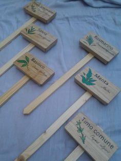 Cartelli per orto e serra in legno con decorazione a tempera e pirografia
