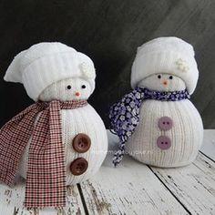 """Bekijk de foto van Homemade By Joke met als titel Deze lieve sneeuwpopjes maak je van een sok. Op mijn blog """"Homemade by Joke"""" staat een duidelijke uitleg met stap-voor-stop foto's om er zelf eentje te maken."""