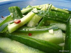 Chinese Cucumber and Garlic Salad Pickled Garlic, Chinese Vegetables, Pickling Cucumbers, It Goes On, Cucumber Salad, Food Dishes, Side Dishes, Asian Recipes, Diet Recipes