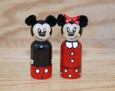 Cette liste est pour un Mickey et Minnie Mouse Peg Doll 2,375 de haut (vient également en 3,5). Ils sont peints à l'aide de peinture acryIic et puis recouvert d'un vernis brillant pour protéger la finition.  S'il vous plaît permettre 7 jours pour la peinture comme il est détaillé.  Parce que ces poupées sont peints à la main et sur commande uniquement, les poupées que vous recevez peuvent varier légèrement dans les couleurs et les détails, mais je ferai de mon mieux à reproduire ce que vous…
