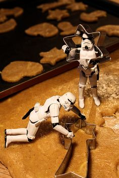 Storm Troopers Make Star Cookies, not Star Wars. Merry Christmas from the World of Star Wars. Star Wars Love, Star War 3, Legos, Foto Macro, Star Wars Cookies, Star Wars Christmas, Christmas Stuff, Merry Christmas, Best Holiday Cookies