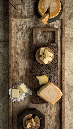 SERRA DO SALITRE Da região do Alto Paranaíba (MG), segue a mesma receita do queijo da Serra da Canastra, com sabor mais persistente. Costuma ser coberto por uma resina amarela, que forma uma casca porosa e protege o queijo na maturação.