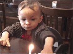 Forma efectiva de apagar las velas de cumpleaños. #humor #memes #funny #divertido