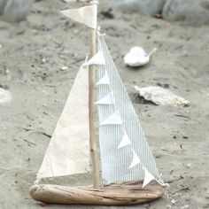 DIY Driftwood Sailboats - White Gunpowder A great summer craft project.I've been wanting to make driftwood sailboats for quite some time and finally I did it this week … diy driftwood sailboats. Beach Crafts, Summer Crafts, Diy Crafts, Seashell Crafts, Summer Diy, Fabric Crafts, Driftwood Projects, Driftwood Art, Driftwood Ideas