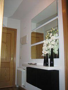 Ideas para decorar un recibidor Diy Mirrored Furniture, Furniture Decor, Hallway Decorating, Entryway Decor, Trones Ikea, Modern Small House Design, Artwork For Living Room, String Lights In The Bedroom, Decoration