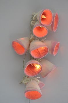 Guirlande Lampe Blanc Rose Poudre Laine Feutrée Home par UrsulaShop Needle Felting Tutorials, Nuno Felting, Christmas String Lights, Led String Lights, Felted Wool, Wool Felt, Felt Christmas, Christmas Lamp, Felt Garland