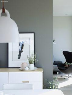 Ert og ris Fargekombinasjonen på vegger er LADY 1462 Grå skifer #ladygråskifer og LADY 1391 Lys Antikkgrå #ladylysantikkgrå. PS: Farger forandrer seg etter lyset, derfor vises det ulikt på bilden