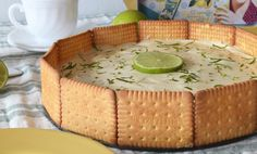 carlota de limón Peruvian Desserts, Deli Food, Delicious Deserts, Cheesecake Cupcakes, Lemon Recipes, Sweet And Salty, Cakes And More, Pie Dish, Bakery