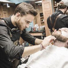 Concentration#tonsorLife #tonsor #tonsor_cie #tonsorcie #gentlemenssocialclub #dustyleetdesbonnesmanieres #barber #beard #barbe #barbier #barber #barbershop #barbershopconnect #barbergang #barbershopconnect #barberworld #men #menstyle #fashion #fashionmen #frenchtouch #ruebouquières #france #carmes #toulouse #prosacalwaysmile #conceptstore