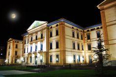 Foto de Pedro Bosque del edificio de la Facultad de Empresa y Gestión Pública, que incluye dependencias de la Facultad de Ciencias Humanas y de la Educación y docencia de la Facultad de Ciencias de la Salud y el Deporte.