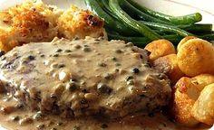 Il filetto di manzo al pepe verde si prepara marinando la carne con un composto di sale, pepe macinato, aglio ed erbe aromatiche, successivamente la ...