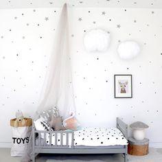 ¿Quieres ver un dormitorio para niña mágico? ¿Te gustan las estrellas? Te presento una habitación con cierto aire de cuento y llena de vinilos infantiles. Estos vinilos son soluciones rápidas que pueden ayudarte a cambiar, por completo, cualquier espacio que necesites. Las estrellas plateadas no solo las verás en las paredes, estas formas se reparten …