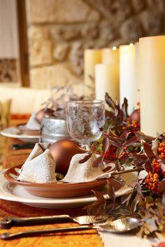 Dekoracje na stół bożonarodzeniowy, świąteczne dekoracje, ozdoby stołu wigilijnego, zastawa stołowa. Zobacz więcej na: https://www.homify.pl/katalogi-inspiracji/13219/pomysly-na-stol-wigilijny