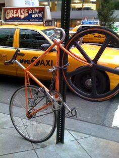 cool way of locking the front wheel on hehe! Bike Messenger, Urban Cycling, Bike Photography, Cycling News, Fixed Gear Bike, Bike Style, Bike Parts, Bicycle Design, Cool Stuff