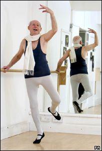 BBC NEWS | UK | England | Cambridgeshire | Ballet dancer, 88, takes to stage