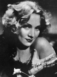 Soft Sculpted Waves Delicately shaped waves a la Marlene Dietrich took hold of trend lovers during the Marlene Dietrich, Hollywood Icons, Vintage Hollywood, Hollywood Stars, Classic Hollywood, Popular Hairstyles, Trendy Hairstyles, Victory Curls, New Foto