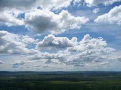 Los cumulus pertenecen al tipo de nubes de desarrollo vertical. Pueden estar formada por gotas de agua o cristales de hielo. Se forman por convección debido a los marcados contrastes de temperatura entre la superficie y la atmósfera. Pueden ser de color blanco, en cuyo caso sería señal de buen tiempo, o de color grisáceo, indicativo, en este caso, de precipitaciones abundantes pero habitualmente localizadas en una superficie poco extensa. Si no hay la humedad necesaria, no habrá…