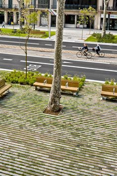 3.THE PURPOSE OF THE INTERVENTION The new remodelling proposal sets two basic objectives: to give priority to the pedestrian use of the bou...