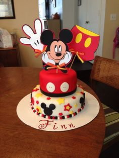 Put this on top with cupcakes underneath Bolo Mickey Baby, Festa Mickey Baby, Theme Mickey, Fiesta Mickey Mouse, Mickey Mouse Clubhouse Birthday, Mickey Mouse Cake, Mickey Mouse Parties, Mickey Birthday, Mickey Party